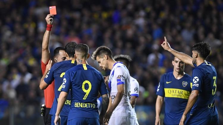 El árbitro Fernando Espinoza expulsó a Carlos Izquierdoz en el final del partido (Télam)