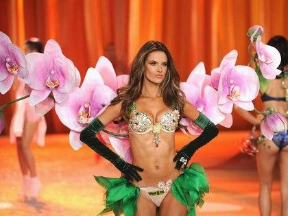 """2012: Alessandra Ambrosio fue la elegida para el """"Floral Fantasy Bra"""" del VSFW del año. Realizado en 5.200 gemas preciosas incluidas amatistas, zafiros, rubíes, y diamantes rosas, blancos y amarillos de 18 quilates. Además del soutien, lo acompañaba un cinturón valuado en 500.000 dólares. El valor del bra: USD 2.500.000"""