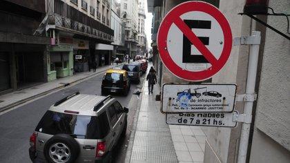 Lugares reservados para vehículos de personas con necesidades especiales o rampas para personas con movilidad reducida: $6.420 (300 UF)