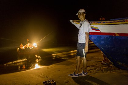 Algunos pescadores van armados para defenderse de ataques de piratas (AP)