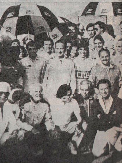 """Los participantes e invitados del """"Primer Encuentro de los Famosos"""". Abajo a la derecha aparece Franco Macri. Detrás suyo Rubén Daray, campeón de TC 2000 en 1985 y a la derecha de éste, Silvio Oltra, coronado en la misma categoría en 1987 (Archivo CORSA)."""