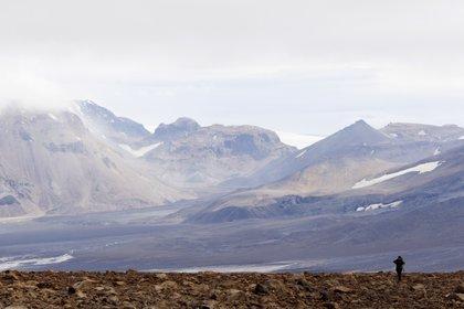 A partir de hoy quienes viajen a Islandia, que deberán registrarse previamente como hasta ahora, deberán someterse a dos test PCR, si optan por no aislarse durante 14 días (EFE/EPA/STR)