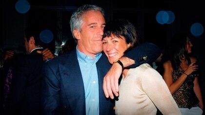 Epstein con Ghislaine Maxwell, quien reclutaba a estas jóvenes, participaba con ellas en algunos de los abusos y hasta las perseguía y amenazaba si se negaban a participar de nuevo (Netflix)