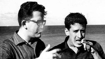 Heberto Padilla (a la izquierda) con el poeta Roque Dalton en La Habana, Cuba, en 1966 (Creative commons)