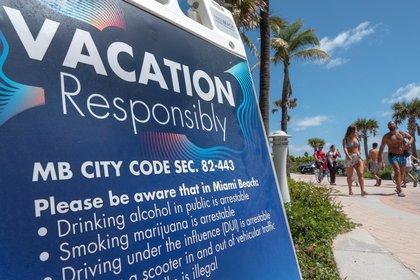 """Los carteles en Miami Beach dicen """"Vacaciones responsables"""", el subtexto es: por supuesto que te vas de vacaciones. (Foto: EFE/Cristóbal Herrera)"""