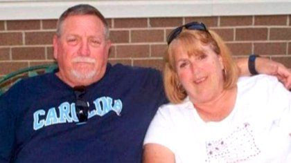 Johnny Lee Peoples tenía 67 años, mientras que su esposa, Cathy tenía 65. Estuvieron luchando juntos durante 30 días contra el coronavirus (Familia Peoples)