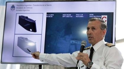El ex vocero de la Armada da a conocer las primera imágenes que se conocieron de los restos del submarino en el lucho oceánico a unos 900 metros de profundidad. (Photo by ALEJANDRO PAGNI / AFP)