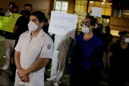 La SSa informó que en México hay 97,326 pacientes contagiados acumulados con el virus SARS-CoV-2 y 10,637 fatalidades (Foto: REUTERS)
