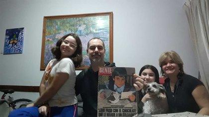 Gustavo, con la revista de julio de 1982, sus hijas, Amparo y Lara y su esposa, Sandra.