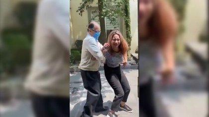 Afuera de su casa, el ahora exnotario agredió a su esposa (Foto: Captura de Pantalla)