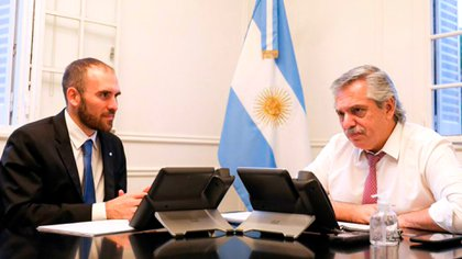 Foto de archivo: el ministro de Economía Martín Guzmán junto al presidente Alberto Fernández durante una reunión.