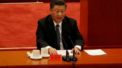 El presidente de China, Xi Jinping, habla mientras participa en un evento para conmemorar el aniversario 70 de la participación del Ejército Popular de Voluntarios de China en la Guerra de Corea, en el Gran Salón del Pueblo en Pekín, China. 23 de octubre, 2020. REUTERS/Carlos Garcia Rawlins
