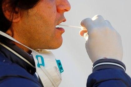 Además de en CABA, donde se confirmaban la totalidad de los casos hasta la semana pasada, Buenos Aires, Santa Fe, Córdoba y Chaco cuentan con los materiales para realizar los testeos. Y está previsto que en los próximos días (REUTERS)