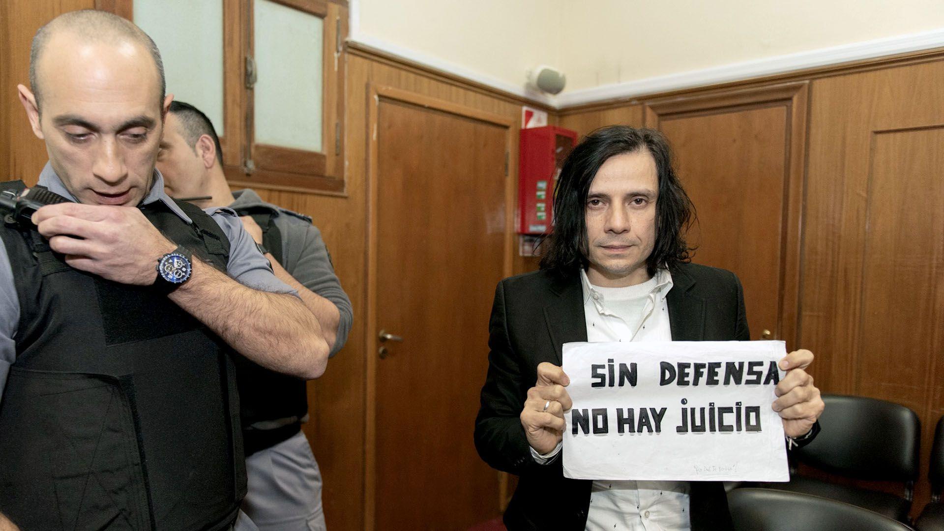 Aldana mostrando el cartel que exhibió durante todo el proceso tras varios traspiés con sus abogados (Adrián Escandar)