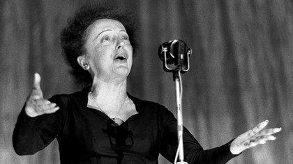 30 de diciembre de 1960, Edith Piaf emociona al público sobre el escenario del teatro Olympia, en París. (Archivo AFP Photo)