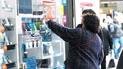 Hay faltantes en el stock de celulares por el cierre temporal de empresas fueguinas ante el brote de covid-19