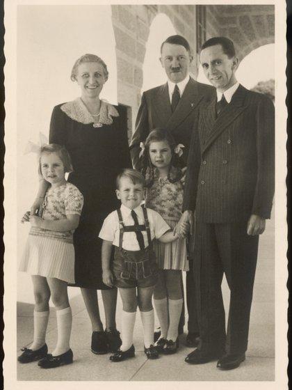 Joseph Goebbels, su esposa Magda y tres de sus seis hijos junto a Adolf Hitler (Historia/Shutterstock)