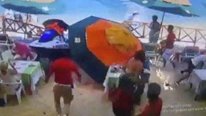 La moto acuática se impactó frente a un restaurante en la Playa El Medano, Los Cabos. (Foto: Captura de pantalla)