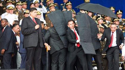 Los escoltas de Maduro lo cubren en medio del confuso episodio con un drone (@XHespanol)