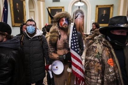 Un hombre que irrumpió el pasado 6 de enero disfrazado de bisonte con un gorro con cuernos y sin camiseta en el Capitolio en Washington ha pedido que el presidente saliente Donald Trump le conceda el perdón. EFE JIM LO SCALZO  Archivo