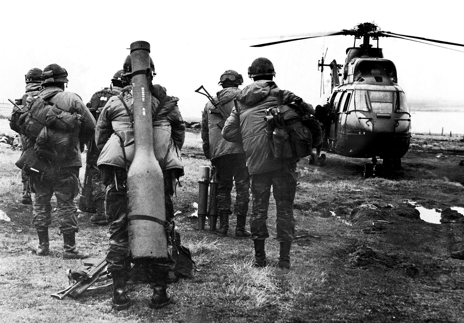 Mayo de 1982- Soldados de la compañía 601 se disponen a abordar un helicóptero para una misión de vigilancia en el estrecho de San Carlos (FOTO ARCHIVO: EDUARDO FARRÉ)