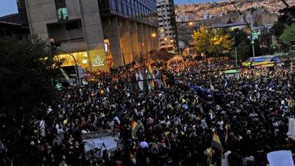 Manifestantes concentrados frente al lugar donde el Tribunal Electoral realiza el conteo de votos en La Paz. (JORGE BERNAL / AFP)