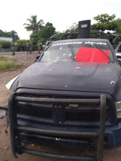 Tras la masacre, los sicarios del CJNG dejaron dos narcomensajes en las patrullas de la Policía Estatal (Foto: Twitter)
