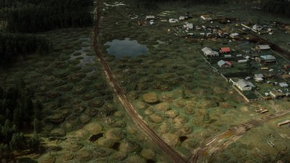 El paisaje de la aldea de Usun-Kyuyol en Sajá, Rusia, ha sufrido grandes cambios por la aparición del termokarst, que son pequeñas colinas y cráteres generados por las cambiantes temperaturas subterráneas. (Emile Ducke para The New York Times)
