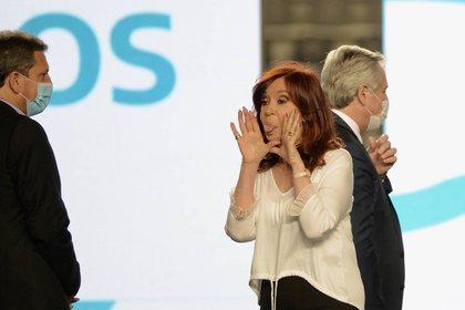 Cristina saca la lengua en un acto en La Plata. Por detrás de ella caminan Alberto Fernández y Sergio Massa (Foto de archivo: Marcos Gomez)