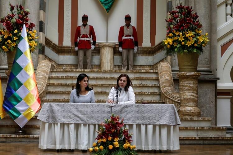La canciller Karen Longaric (izquierda) junto a la ministra de Comunicación boliviana Roxana Lizarraga (derecha) (REUTERS/David Mercado)