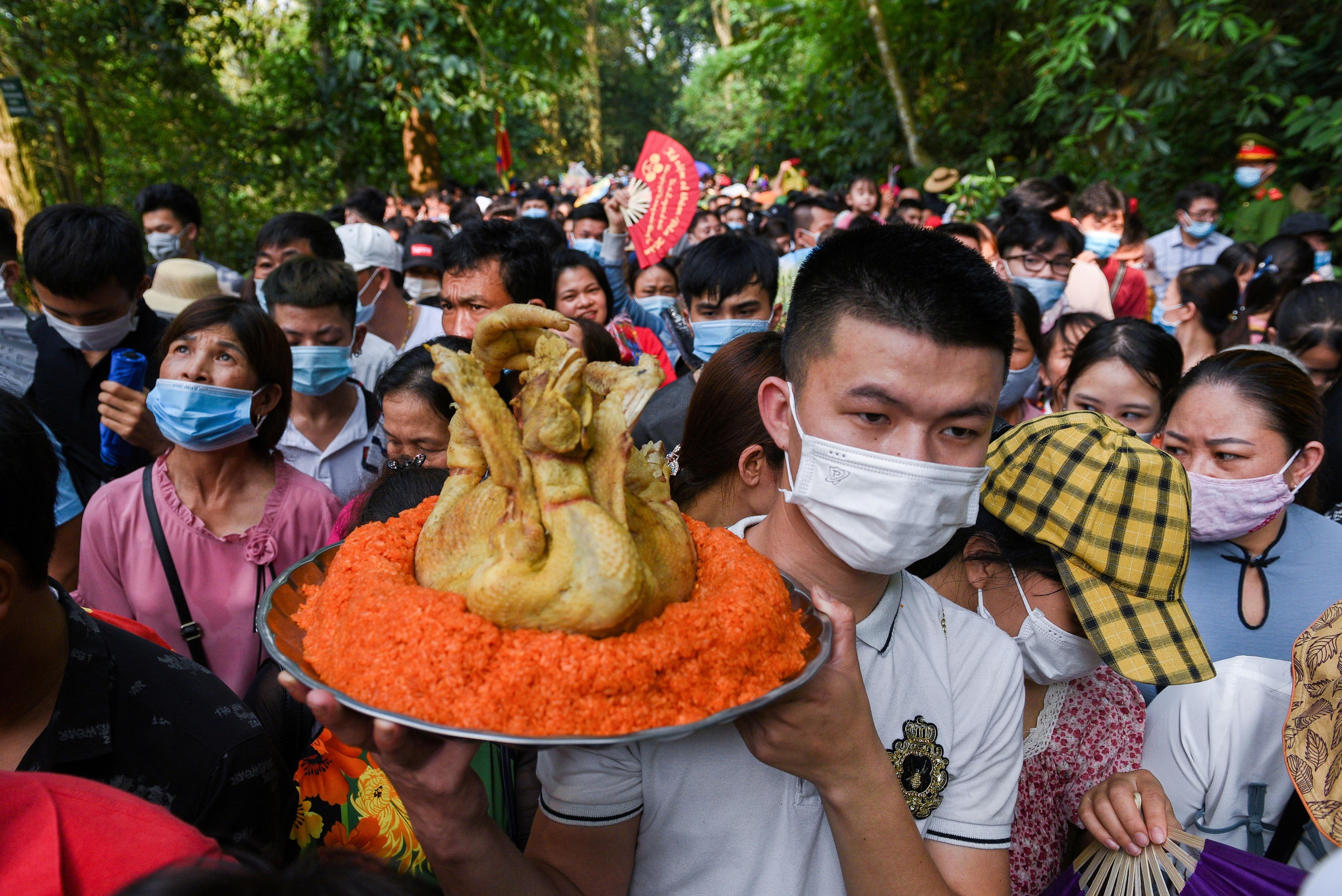 Personas festejan el festival en el templo Hung Kings temple in Phu Tho, Vietnam, en medio de la pandemia. REUTERS/Thanh Hue