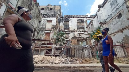 Un grupo de personas fue registrado al transitar con tapabocas por una calle de La Habana (Cuba). EFE/Ernesto Mastrascusa