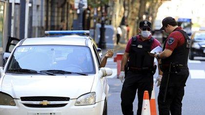 Personal policial realiza el control de tránsito en las inmediaciones de Plaza de Mayo, para controlar el cumplimiento de la cuarentena obligatoria dispuesta para evitar la propagación del coronavirus