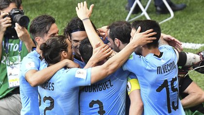 El festejo del equipo uruguayo después del gol de Luis Suárez en el primer tiempo (AFP)