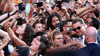 DiCaprio se tomó fotos con algunos fans (REUTERS)