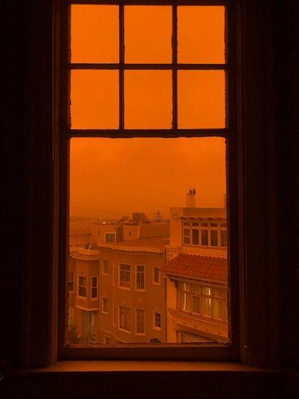 El reportero David Ingram subió a Twitter esta imagen que captó desde una ventana de su hogar en San Francisco