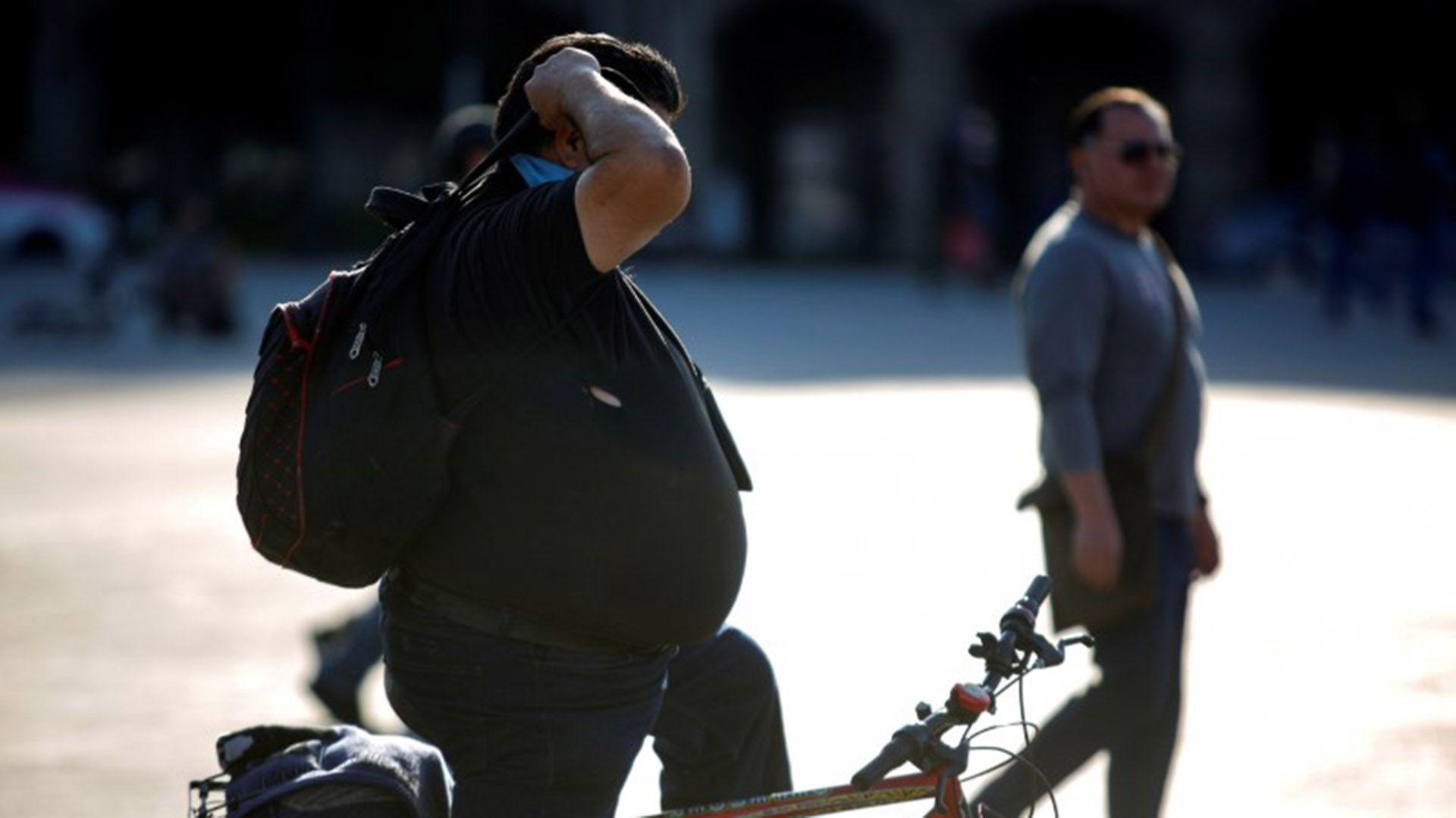 FOTO DE ARCHIVO. Un hombre es fotografiado en una calle de la Ciudad de México mientras México se prepara para el impacto del coronavirus