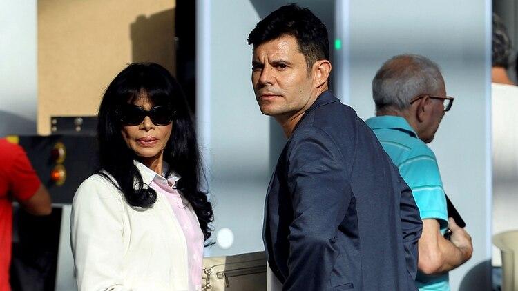 Javier Sánchez Santos y su madre, la ex bailarina portuguesa Maria Edite (Reuters)