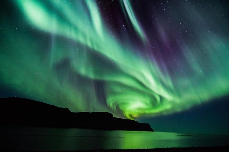 La Aurora Boreal es la exhibición de luces danzantes cerca del círculo polar ártico. La sorprendente explosión de colores se crea por la colisión de varias partículas gaseosas con partículas cargadas de la atmósfera del sol