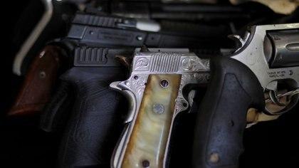 Imagen de archivo. Pistolas, parte de un lote de 1500 armas incautadas y utilizadas en diferentes delitos, se muestran antes de ser destruidas en una fundición en Quezaltepeque, El Salvador. 31 de octubre de 2019. REUTERS/Jose Cabezas