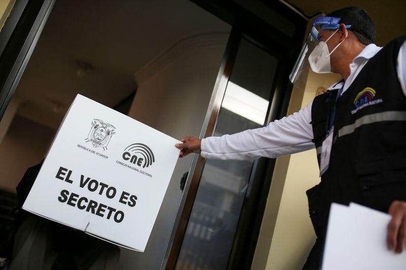 Los ecuatorianos eligen su futuro económico en una reñida segunda vuelta presidencial