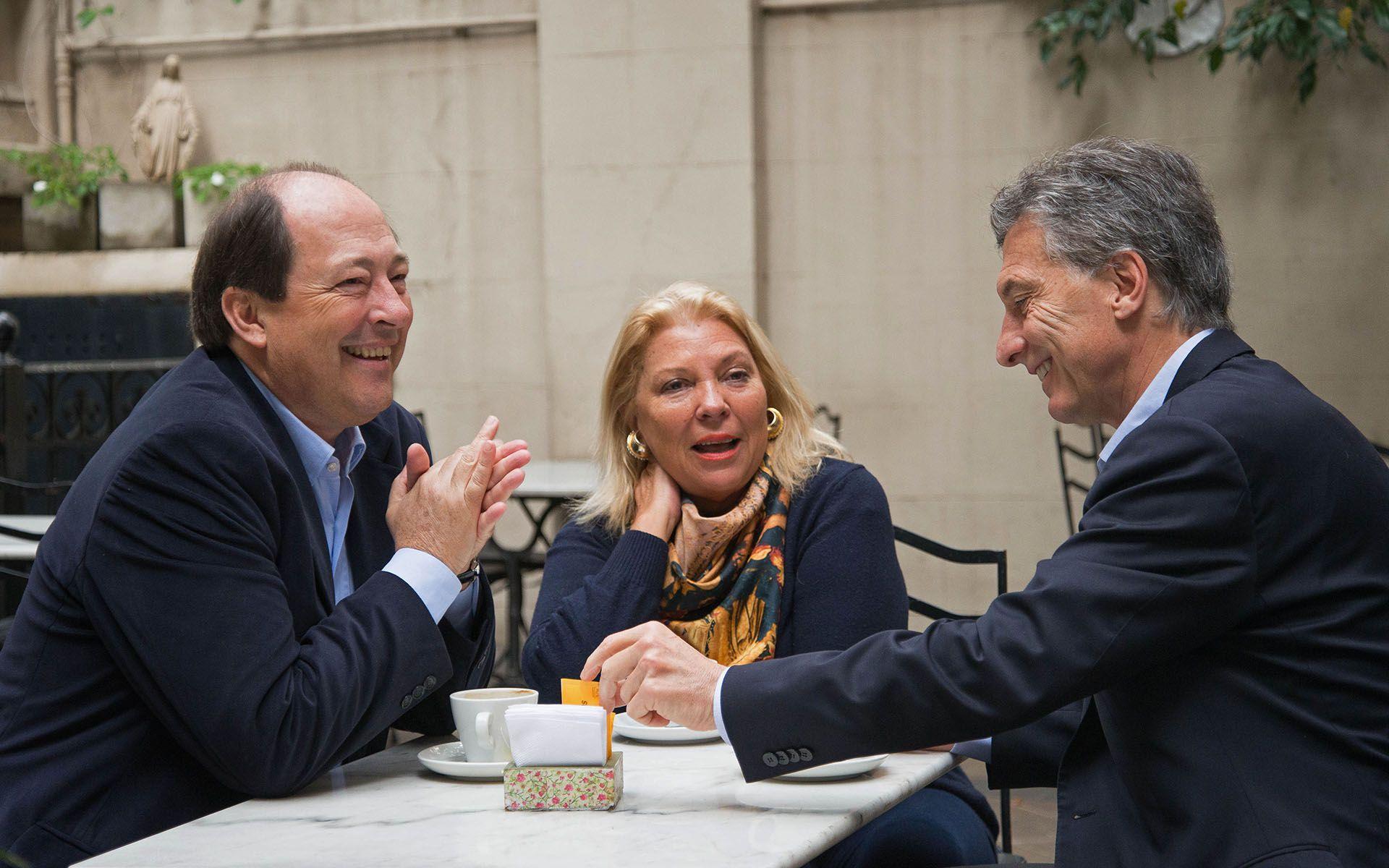 Sánz junto a Elisa Carrió y Mauricio Macri (Foto: NA)