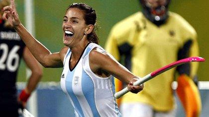 Luciana festeja un gol de la selección argentina, en una gran época de Las Leonas que ella capitaneaba.