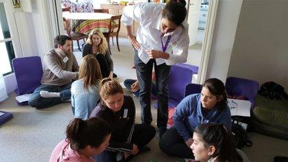 Rattazzi en los talleres para padres que dicta en PANAACEA donde adquieren herramientas para mejorar la socio comunicación de sus hijos con CEA