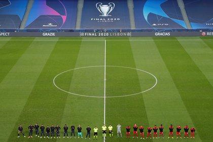 Los equipos dentro de la cancha en el Estadio da Luz de Lisboa, sede del Final 8 de esta Champions particular durante la pandemia de Covid-19