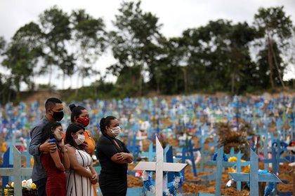 Familiares durante un entierro masivo de personas que fallecieron por COVID-19, en el cementerio de Parque Taruma en Manaos, Brasil, el 26 de mayo de 2020 (REUTERS/Bruno Kelly)