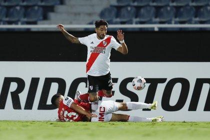 Casco y Osorio disputan la pelota en una acción curiosa (REUTERS/Jorge Saenz)