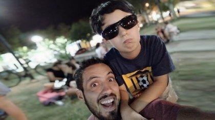 Roque junto a Joaquín, su hijo, que es un niño trans y está en primer grado.