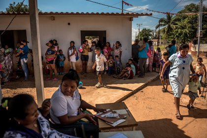 Madres venezolanas esperan en la fila para recibir revisiones médicas de parte de integrantes de la Unicef y de doctores para sus hijos. (Meridith Kohut / The New York Times)