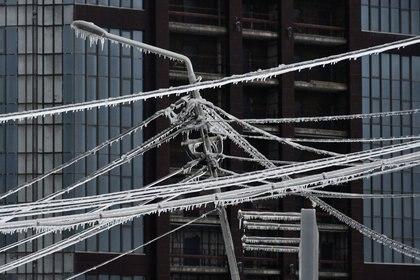 El hielo provocó fallas eléctricas para cerca de 150.000 personas. (Foto: Yuri Maltsev/Reuters)